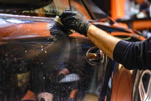 Pracownik auto SPA konsweruje powłokę lakiernicza.